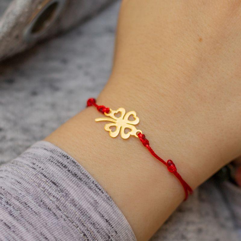 Гривна със златиста четирилистна детелина и червен конец