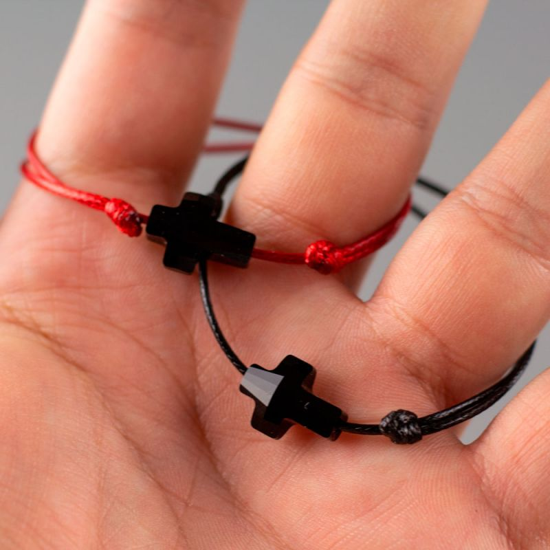 Гривна с червен конец и черен кръст кристал Swarovski