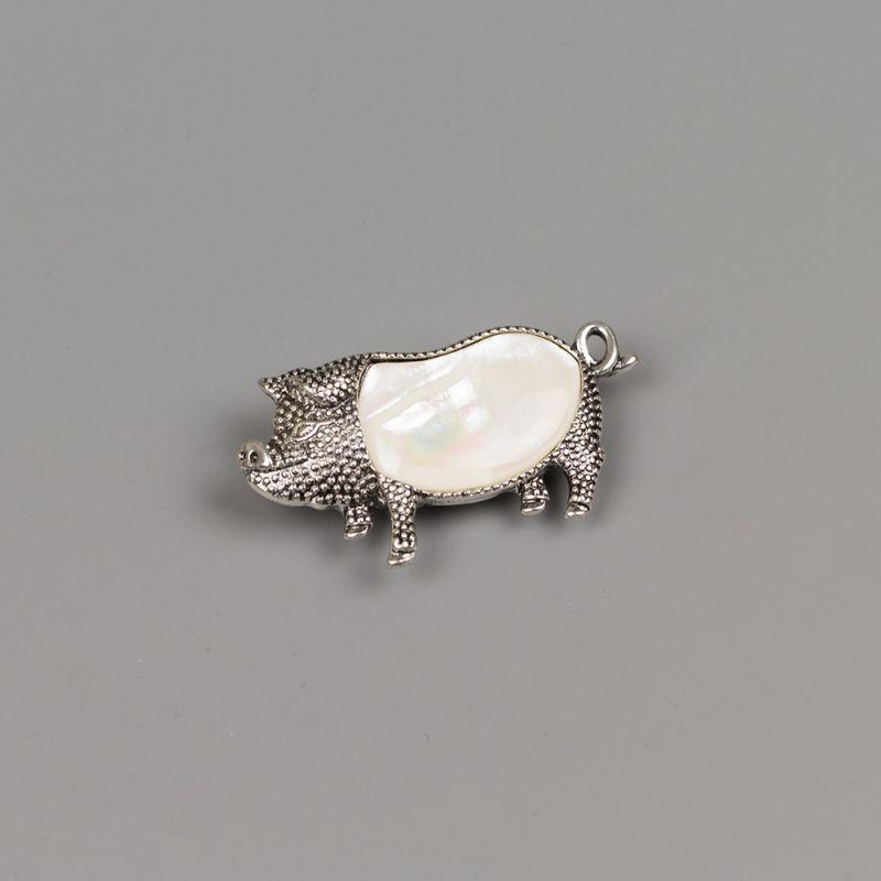 Брошка с бял седеф за годината на прасето