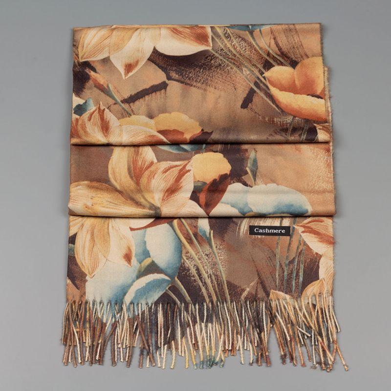 Есенен дамски шал в бежов цвят с цветя
