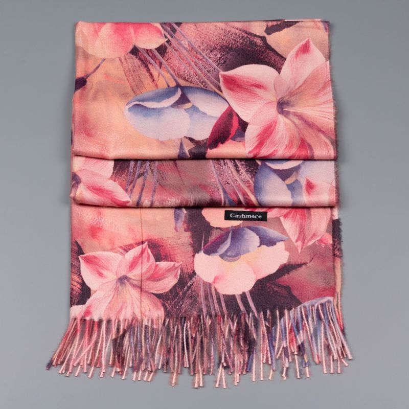 Есенен дамски шал в розов цвят с цветя