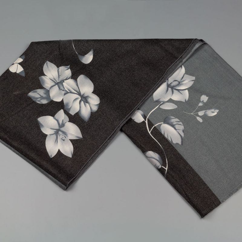Дамски шал с цветя в черен цвят