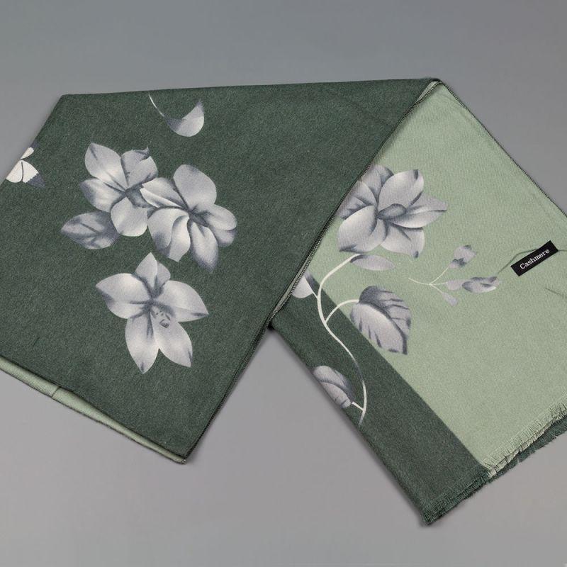 Дамски шал с цветя в зелен цвят