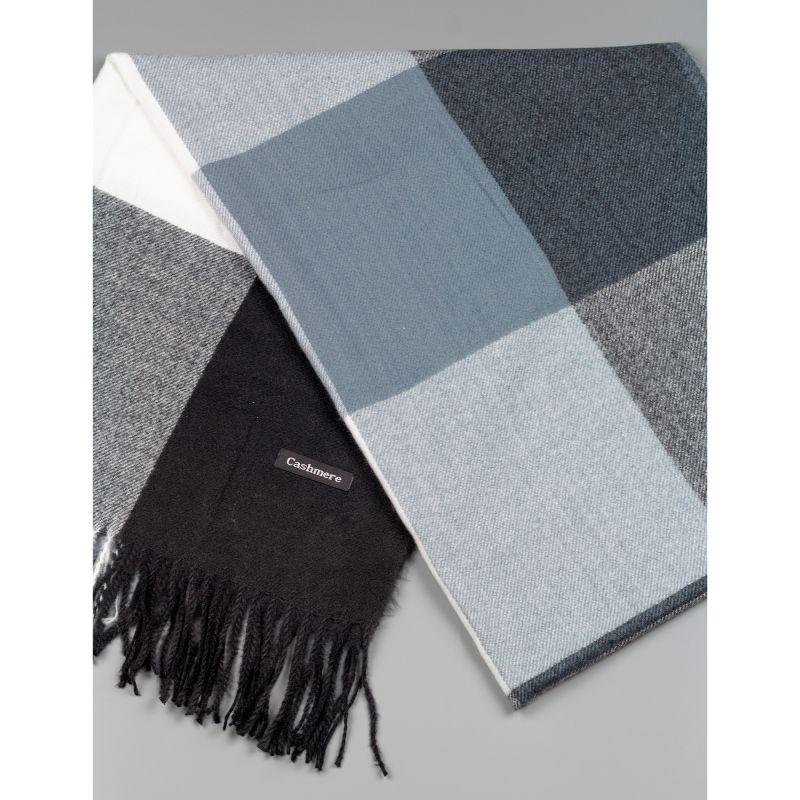 Зимен дамски шал в сив и черен цвят